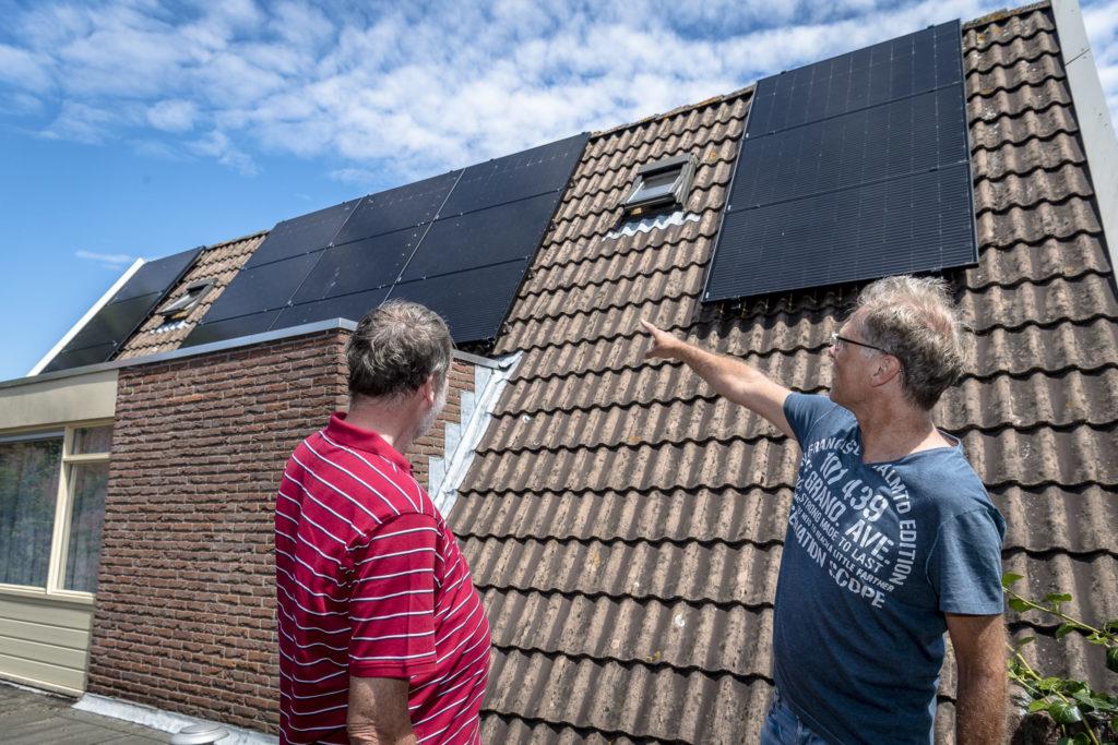 buren met zonnepanelen